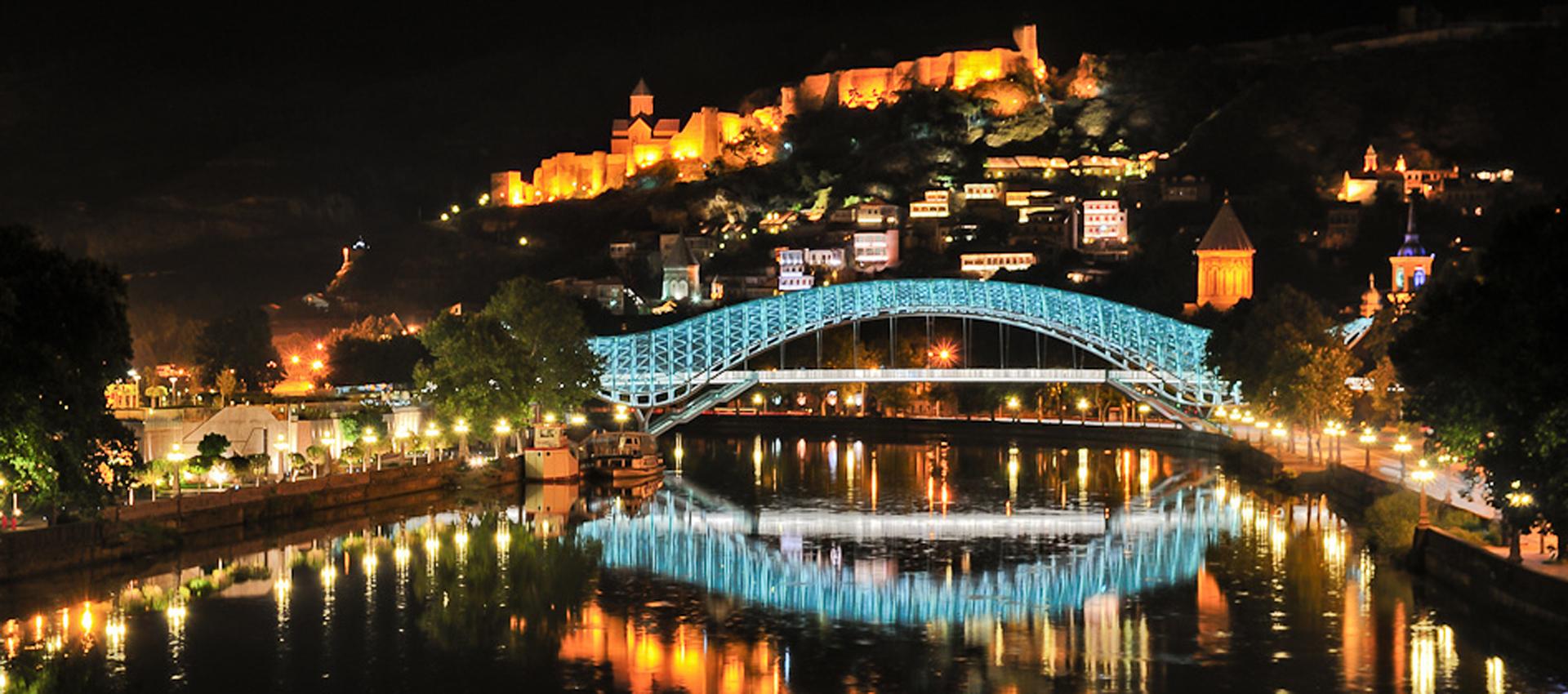 Фото ночного Тбилиси: Мост Мира и крепость Нарикала
